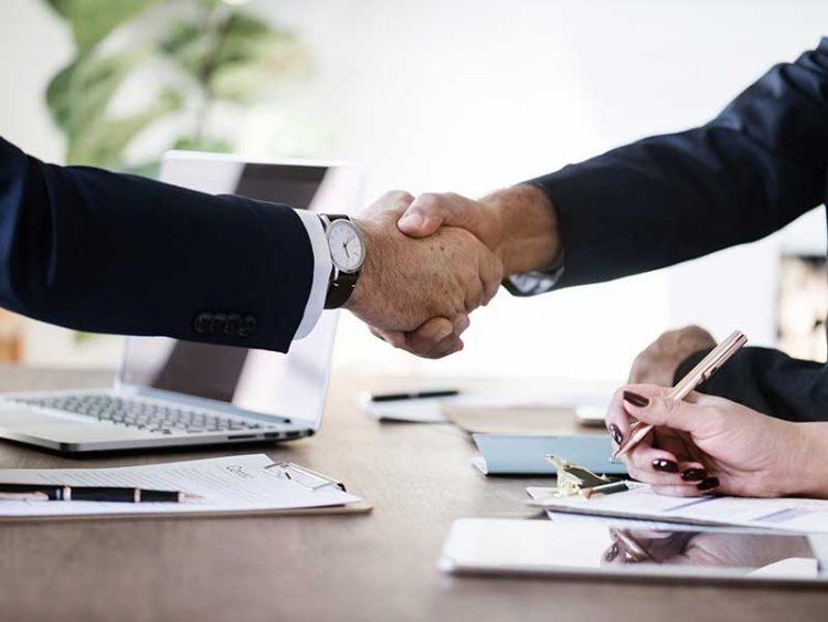Mettez vos qualités relationnelles en avant pour maximiser vos chances de décrocher le job qui vous intéresse. Voici comment vous y prendre.